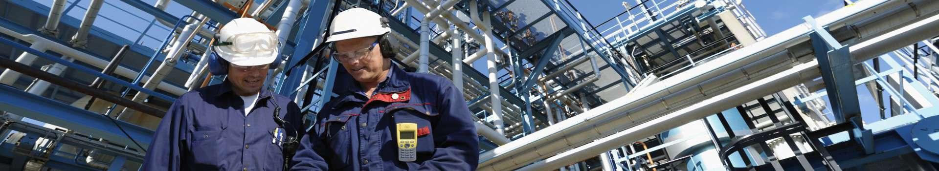 Pracownicy przy konstrukcji z rur przemysłowych